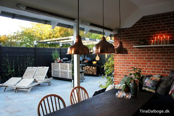 Få inspiration til terrasse med udekøkken bygget op af traller ...