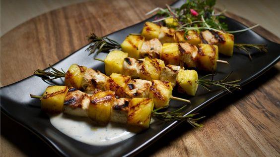 Une recette de minibrochettes d'ananas et de poulet présentée sur Zeste et Zeste.tv.