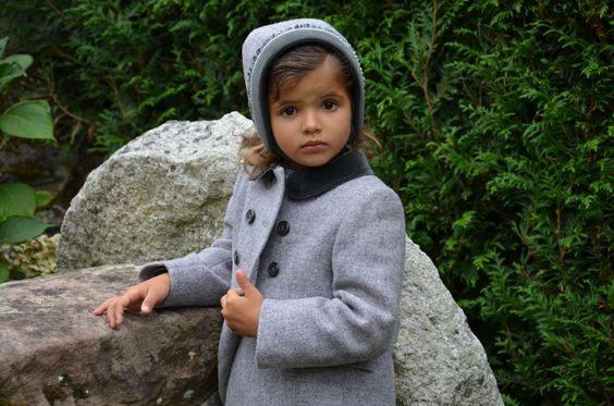 Friki, ropa de niños. Abrigo inglés y capota.