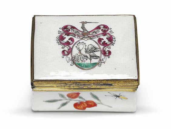 A large famille rose armorial porcelain snuff box, Qianlong period (1735-1796)