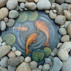 Eine Steinplatte bemalen, kleine Steine drum herum drappieren und fertig ist der gemalte Gartenteich - toll!