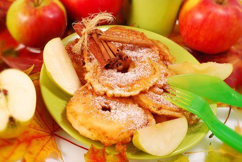 La manzana es una fruta rica en vitaminas y minerales. Aquí te enseñamos una sabrosa forma de prepararla: la fritura de manzana.