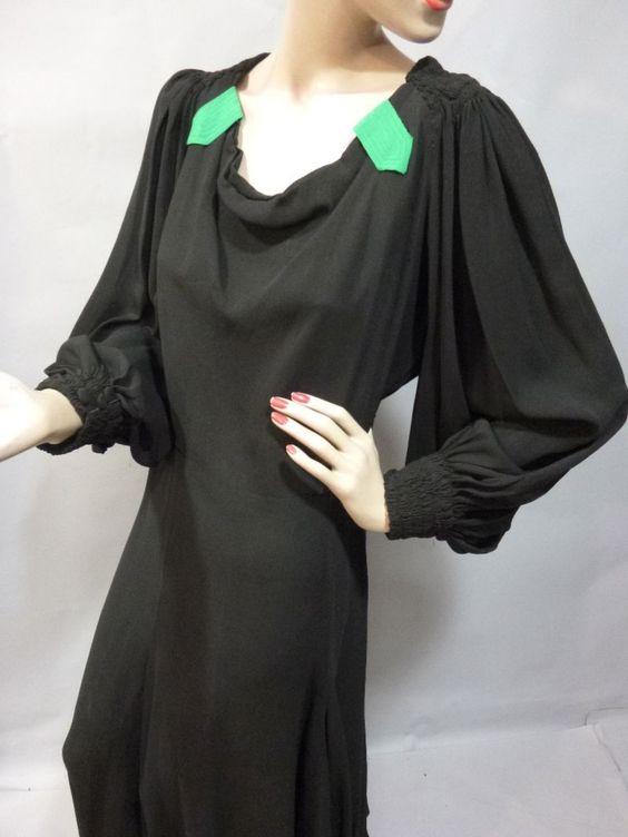 Robe du soir, attribuée à Jeanne LANVIN, vers 1938. Crêpe de soie noir, manches…
