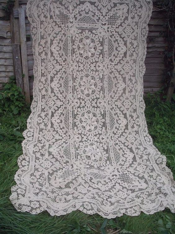 BEAUTIFUL VINTAGE LACE BANQUET TABLECLOTH BEDSPREAD CURTAIN LARGE SHABBY CHIC