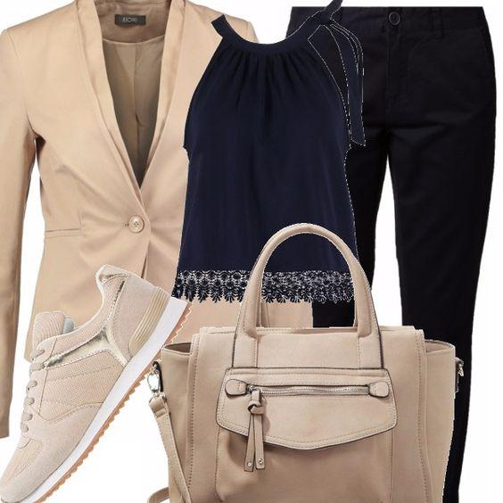 Non sempre servono le scarpe con i tacchi per essere eleganti: con un paio di sneakers si può esserlo lo stesso! La giacca beige viene indossata su un top con ricamo alla base e pantaloni chino blu, beige la borsa.
