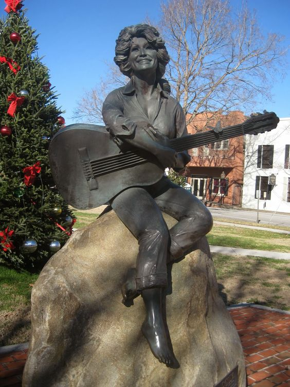 dolly parton in pigeon forge, tennessee