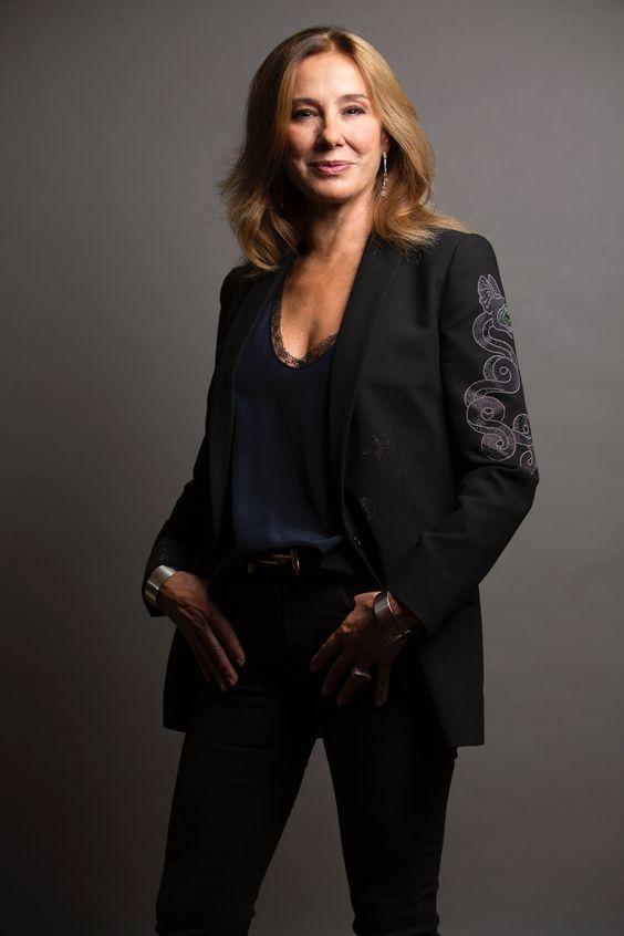 foto de estudio de cristina galmiche vestida con traje negro y blusa lencera