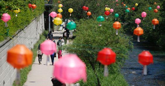 20160513 - Visitantes caminham ao longo de riacho decorado com lanternas de papel em Seul (Coreia do Sul), em comemoração ao aniversário de Buda. Nascido Sidarta Gautama há 2560 anos, Buda é o criador do budismo, principal religião na Coreia do Sul e no leste da Ásia Imagem: Lee Jin-man/AP