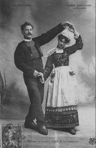 Pas de danse : la gavotte. Costumes de Pont l'Abbé et Fouesnant.