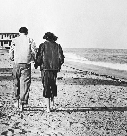 Frank Sinatra and Ava Gardner take a walk on the beach: