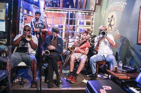 """Schon am Vormittag weht die Musik aus den Klubs - und nachts fällt es schwer, den Absprung ins Bett zu schaffen. Zehn Jahre nach dem verheerenden Wirbelsturm """"Katrina"""" strotzt New Orleans vor Kraft und Optimismus."""