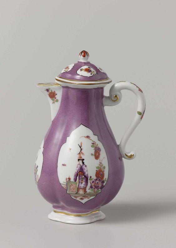 Meissener Porzellan Manufaktur | Koffiekan met deksel, veelkleurig beschilderd met Chinezen in uitgespaarde vierpassen in een violette fond, Meissener Porzellan Manufaktur, c. 1730 - c. 1735 | Koffiekan met deksel van beschilderd porselein. De kan heeft een vierlobbige vorm en is bijna geheel bedekt met een violette fond. Op het lichaam van de kan zijn in de fond twee grote vierpassen en een kleinere uitgespaard, waarin steeds een chinese figuur in een tuin is geschilderd. In de fond van het…