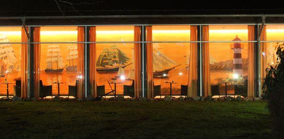 Wandmalerei mit Segelschiffen im Wellnessbereich eines Hotels auf der Insel Usedom.
