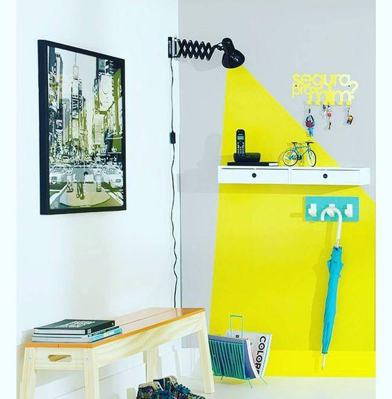 Maneira criativa de decorar uma paredinha: Joga tinta amarela e uma luminária 🔦  #decoracao #decor #design  Foto: Tok&Stok