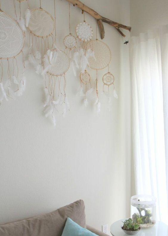 Accrocher les napperons en crochets tout en les mettant en valeurs avec une branche de bois flotté et de la ficelle