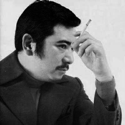 タバコを指で挟む勝新太郎