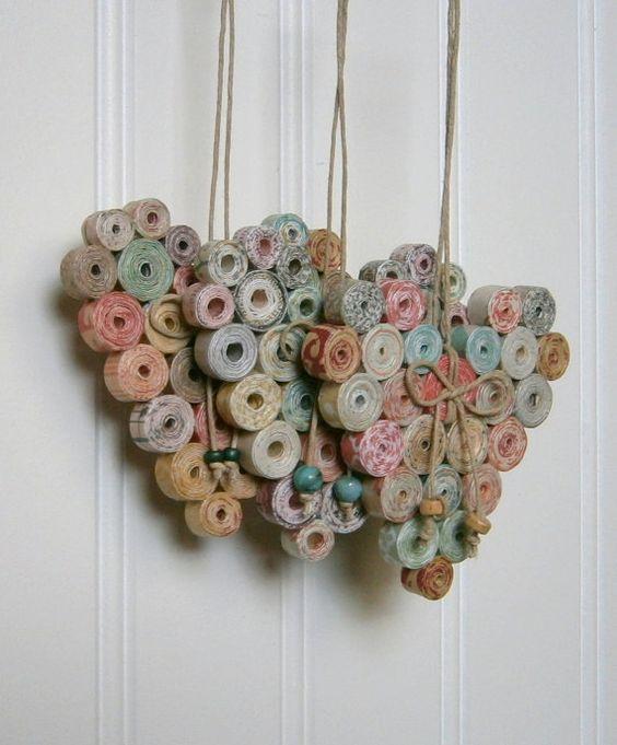 Erstellen Sie ein bisschen Laune mit diesen Upcycled und umweltfreundliche Herzen aus Streifen von mittleren Gewichts, Recycling-Papier hergestellt. So einfach und charmant; perfekte hängende Türgriffe, Schrank Knöpfe und Haken rund um das Haus!  Ungefähre Größe: 2 ½ x 3 hoch (nicht einschließlich die Schnur) breit.  Die Herzen bestehen aus einer Vielzahl von Quellen, geben jeweils eine einzigartige Kombination aus Farben, Tönen und Texturen aus Papierfetzen recycelt und wieder verwendet…