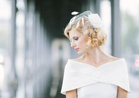 noni 2014 adele pelerine in elfenbein fuer die braut und passendes headpiece mit rose federn und hutnetz (Foto: Le Hai Linh) (http://www.noni-mode.de)