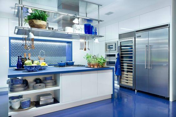Cozinha azul, piso acrilato (resina) com bancada (pia) azul.  http://twixar.me/9Wg