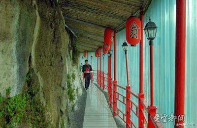 Fangweng restaurant suspendu a la falaise 2   Fangweng le restaurant suspendu à la falaise   restaurant photo image grotte Fangweng falaise ...
