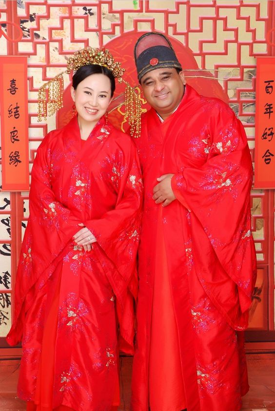 Пин за по-късно: 19 Зашеметяващи сватбени рокли от цял свят Китай Червеният цвят се смята за символ на любовта и просперитета, а традиционните рокли в Китай често се появяват в червено със златна или сребърна бродерия.