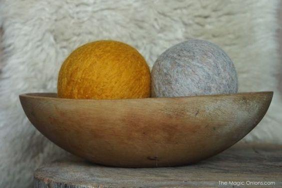 Vous connaissez certainement les sachets remplis de lavande, voici une autre façon de diffuser les huiles essentielles. imbiber des boules de laine feutrées aux couleurs de votre intérieur. Que cette journée vous soit douce et créative.