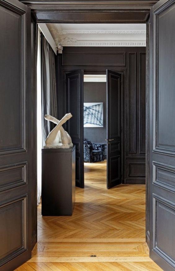 Moulures et Boiseries noires - Appartement parisien rénové par Michael Timsit