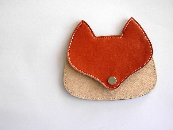 This funny fox coin purse is made with orange and light pink faux leather. Its hand cutted and hand stitched, totally lined with felt.  Has the