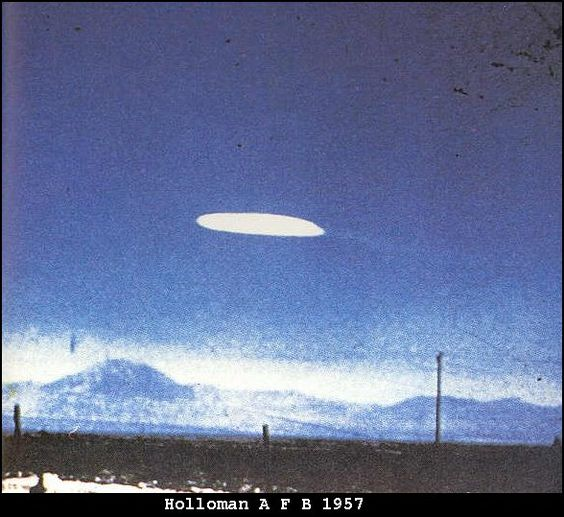 1957 - Esta foto foi feita pelo Ella Louise Fortune, uma enfermeira na reserva de Mescalero indiano. Ela tirou a foto durante a rodovia 54 por volta de 01:30h. Ela afirmou que o UFO estava imóvel sobre Holloman AFB.