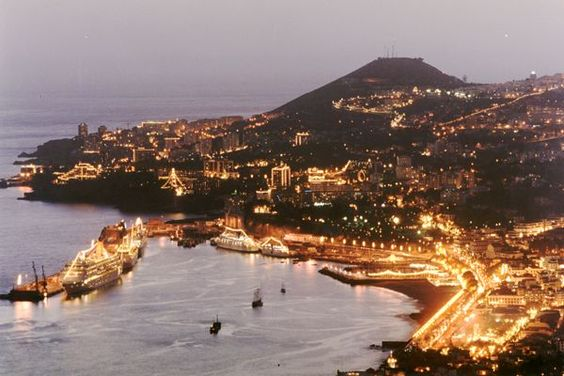 I present you my hometown, Funchal! ^.^  It's the 'capital', per say, of Madeira island - Portugal...