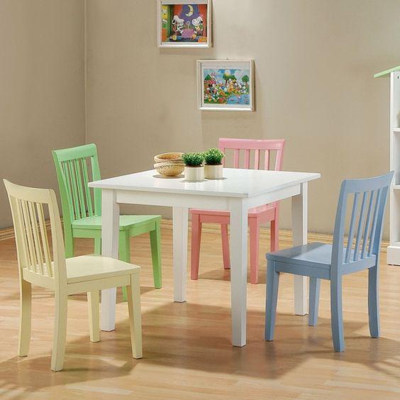 weißer tisch farbige stühle pastelltöne holzboden kinderzimmer