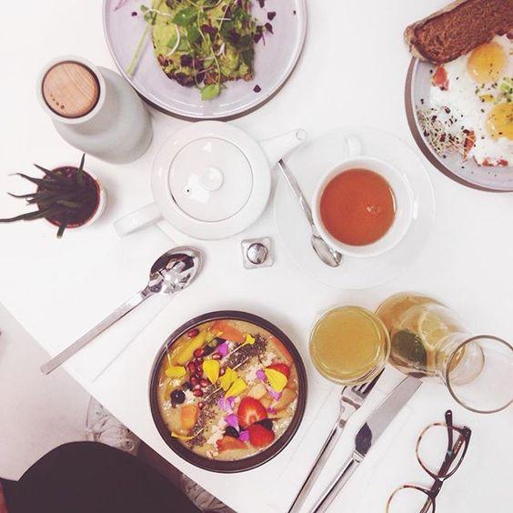 Endlich mal wieder Zeit mit @dervoort verbringen und gemeinsam frühstücken  #brunch #qualitytime #itstheweekend #junosbuddies #smoothiebowl #bitsandbites #1060wien #igersvienna #austrianblogger #lifestyleblogger #lbloggerat #coralandmauveeats