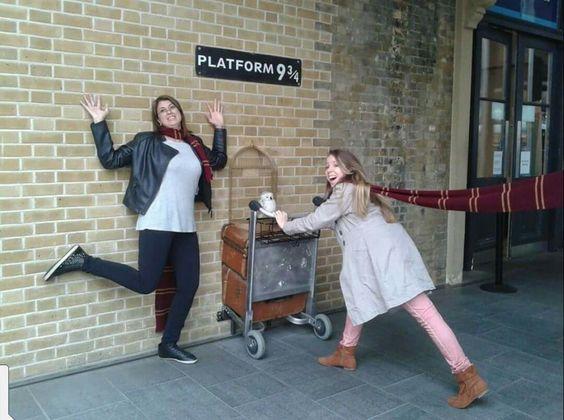Londres - Inglaterra  2014 Na estação de King's Cross St. Pancras na plataforma 9 3/4 vou para Hogwarts! rara Foi divertido esta brincadeira 😊
