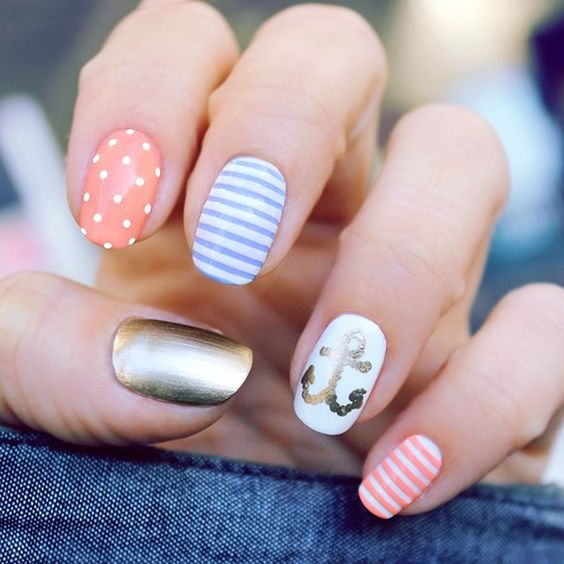 déco ongles sur le thème marin avec ancre et rayures bleues