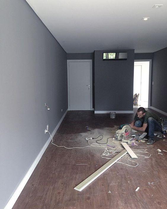 E hoje, instalação de piso vinílico e rodapé! #apartamentoluana