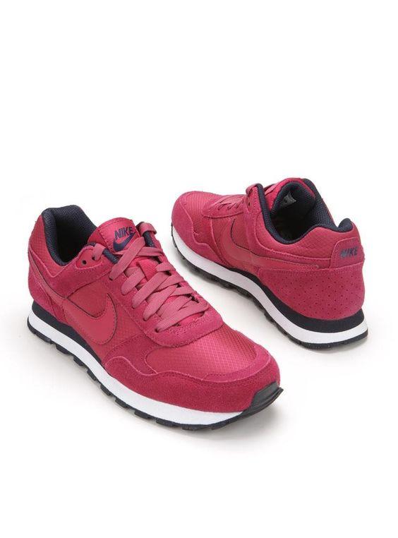 Het bovenwerk van deze sneakers is gemaakt van een combinatie van leer en textiel. Het bekende Nike teken is in roze aan de zijkanten verwerkt. De schoenen ...