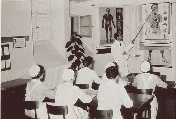 Unterricht beim leitenden Arzt der psychiatrischen Klinik Hasenbühl in Liestal, um 1950. Im Unterschied zur Krankenpflege wurden in der Psyc...