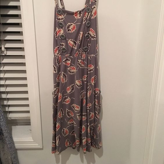 ❌sold❌ Gray dress with pockets! Gray dress with leaf pattern on it has pockets! There are C ute buttons down the front and the  straps criss-cross and make an X across the back.  Bonus: if has pockets! Perfect dress for any season! (Size M but will def fit a Large or XL) Dresses Midi