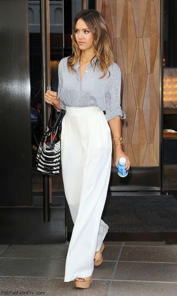Comprar ropa de este look: https://es.lookastic.com/moda-mujer/looks/camisa-de-vestir-gris-pantalones-anchos-blancos-sandalias-con-cuna-beige-pulsera-dorada/10195 — Camisa de Vestir de Rayas Verticales Gris — Pulsera Dorada — Pantalones Anchos Blancos — Sandalias con Cuña de Cuero Beige