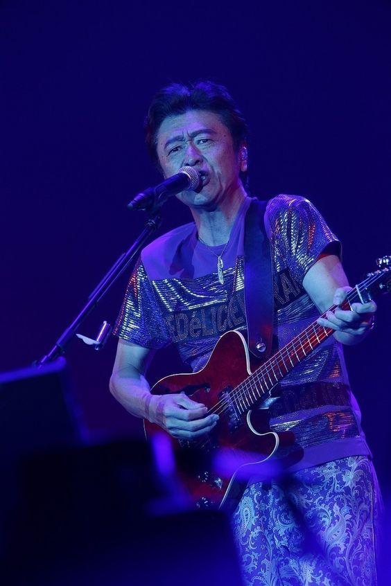 ギターを弾く桑田佳祐