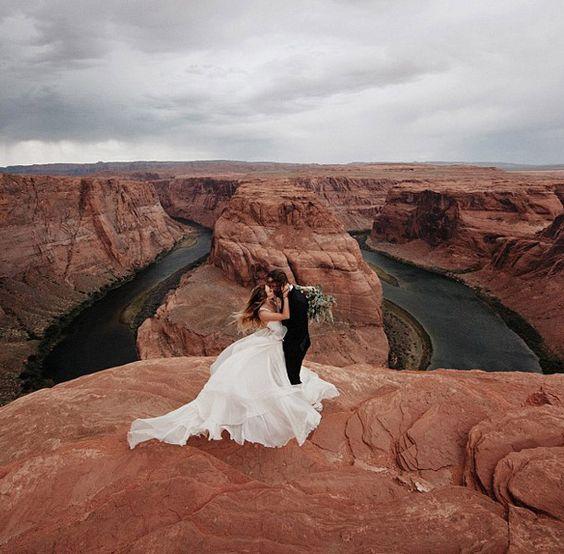 En un acantilado, sobre las Red Rocks de Arizona... Preciosas fotos de bodas que te sorprenderán - Foto 1