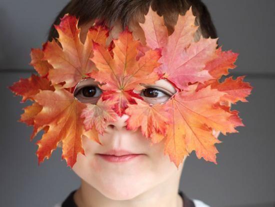 Se déguiser avec un masque de feuilles