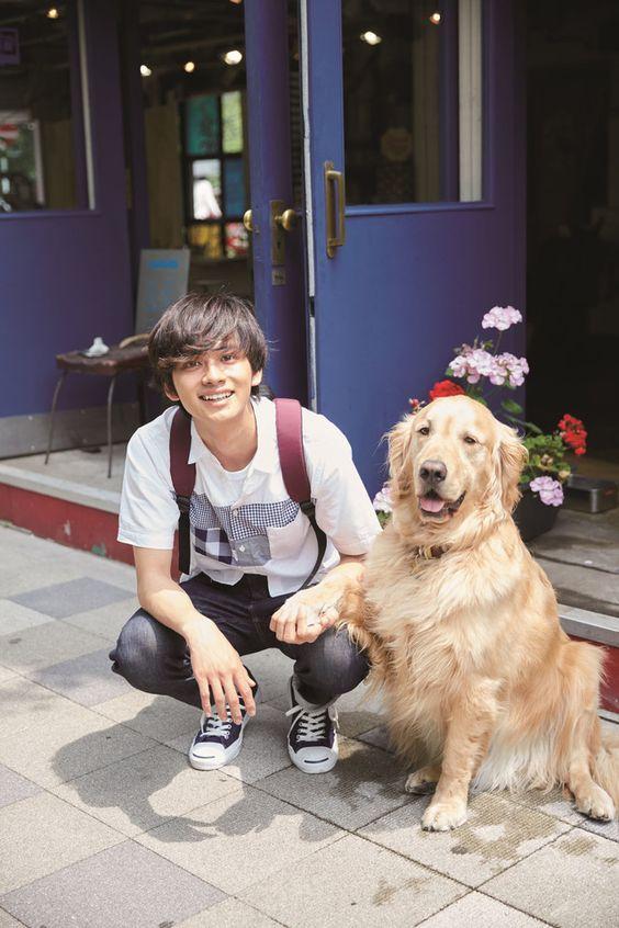 犬とポーズを取っているかわいい北村匠海です。