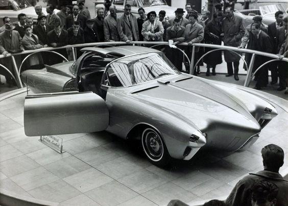 Das Foto zeigt das spektakuläre Showcar auf dem Autosalon in Paris im Jahr 1957. Der Wagen gilt heute als verschollen.