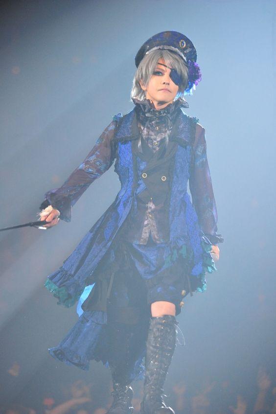 眼帯を付けた女装姿でステージを歩いているL'Arc〜en〜Ciel・hydeの画像