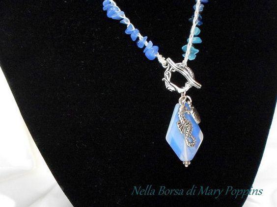 Collana uncinetto in pietre dure e pendente opalite con cavalluccio marino e conchiglia, collana mare, collana estiva, collana azzurra, blu, di NellaBorsadiMaryPopp su Etsy