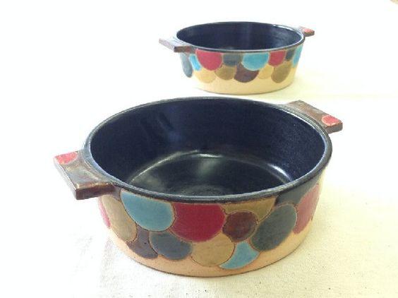 側面のカラフルな彩色が特長のグラタン皿です。釉薬と絵の具を6~7種類使り彩色しています。他にないグラタン皿を・・・との思いでこれほどの彩色はとても手間がかかり...|ハンドメイド、手作り、手仕事品の通販・販売・購入ならCreema。
