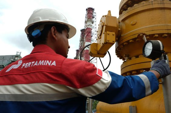 """Jakarta. Indonesia's Pertamina is looking to process up to 1.2 million barrels per month of crude from Algeria and Malaysia at an overseas refinery, an official at the state-owned energy company said on Wednesday (31/8), in an effort to cut costs.  """"We're approaching partner candidates, and it doesn't necessarily have to be with Shell again. It could be with another company,"""" said Daniel Purba, senior vice president of Pertamina's Integrated Supply Chain unit.  Pertamina inked a deal with Sh"""