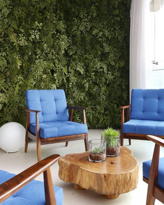 """""""Dá pra acreditar que essa parede verde foi feita com plantas artificiais??!! Quando as arquitetas sugeriram a ideia para os moradores eles ficaram um…"""""""