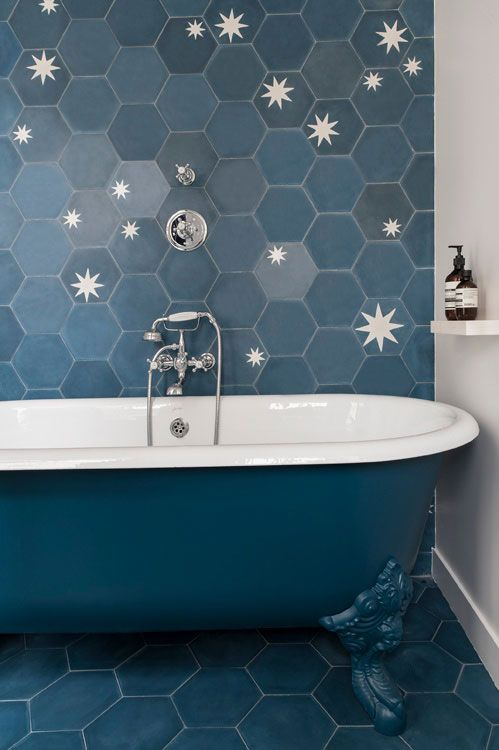 salle de bain bleue retro carrelage hexagonal bleu blue. Black Bedroom Furniture Sets. Home Design Ideas